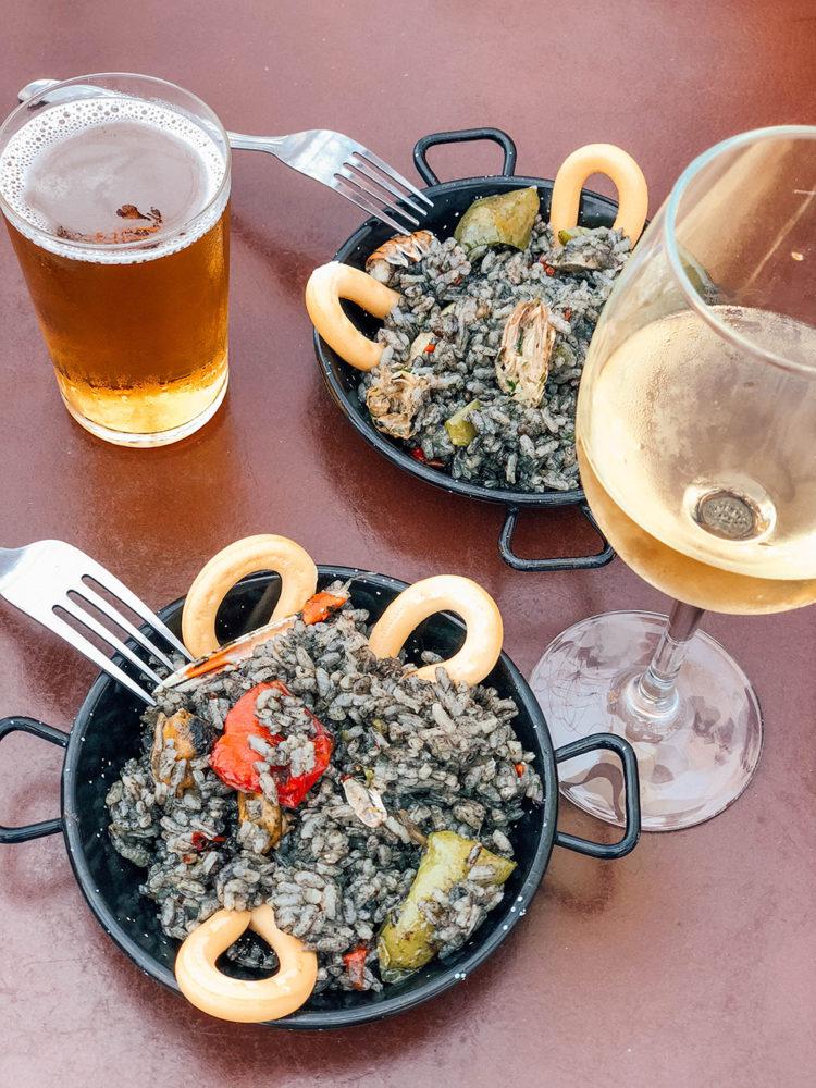 Petites portions de paella à l'encre de seiche… un régal !