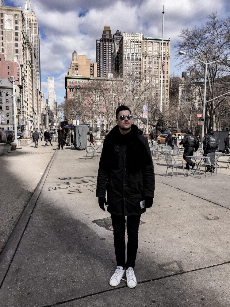 Nicolas en admiration devant le Flatiron Building