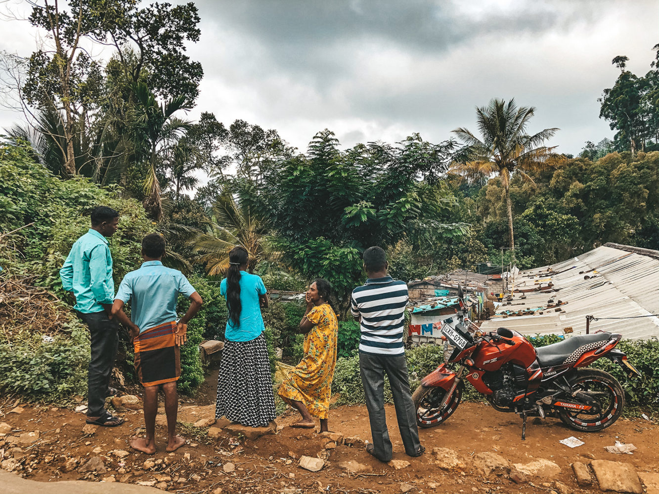 Retrouvailles entre villageois et occupants du bus