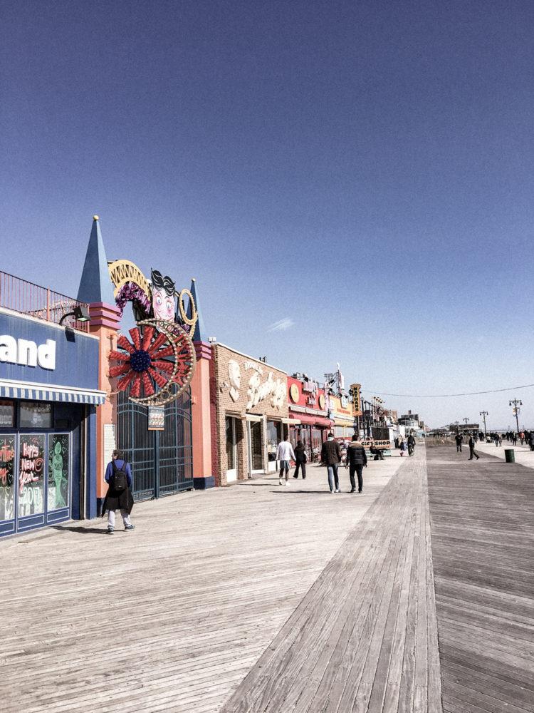 Accès à la plage de Coney Island et son Luna Park