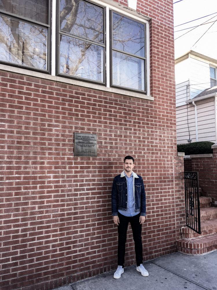Devant l'entrée de la maison de Louis Armstrong