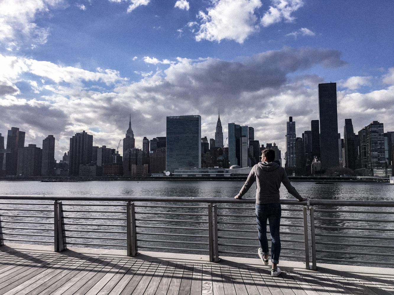 Julien admire la vue de Manhattan