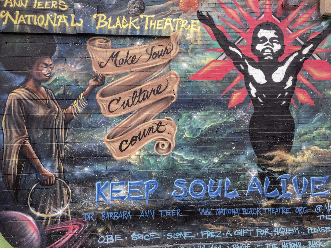 Fresque sur le mur du National Black Theatre à Harlem