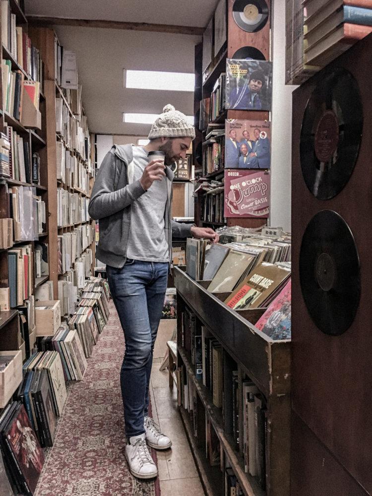 Julien dans une boutique de vieux vinyles