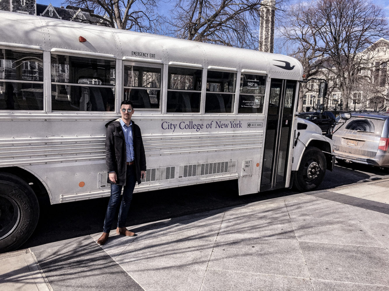 Nicolas prend la pose devant le bus scolaire du City College of New York