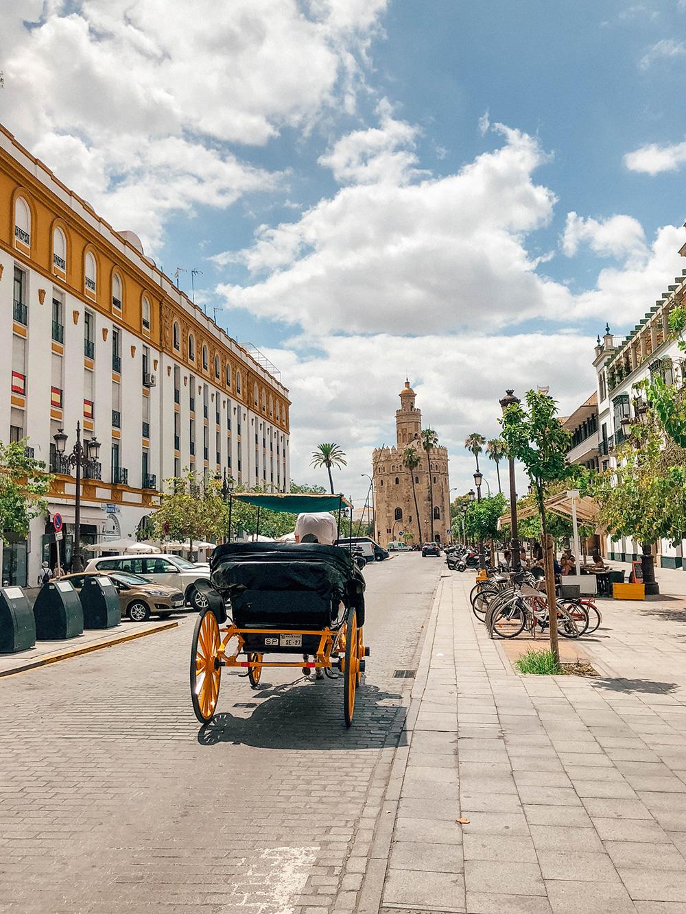 Vue sur la Torre del Oro depuis l'une des rues adjacentes