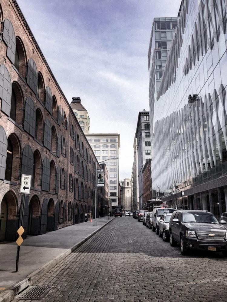 Entre bâtiments modernes et bâtiments anciens