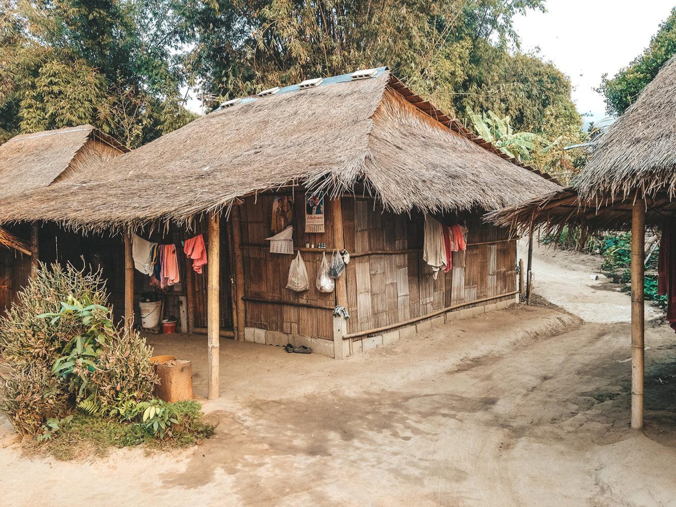 Les cabanes en bois et paille du village