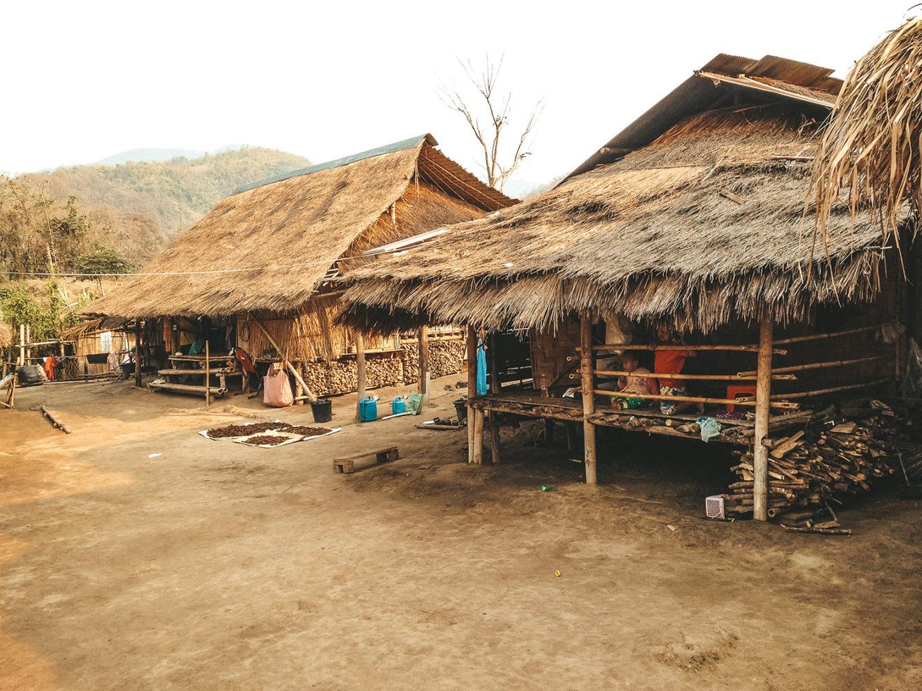 Les nombreux enfants dans les petites cabanes du village