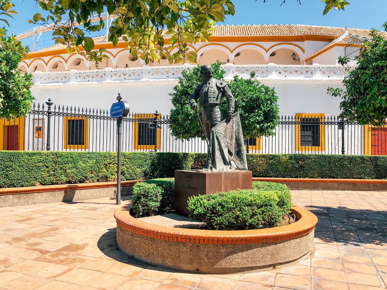 Une statue de toréador face aux arènes de Séville