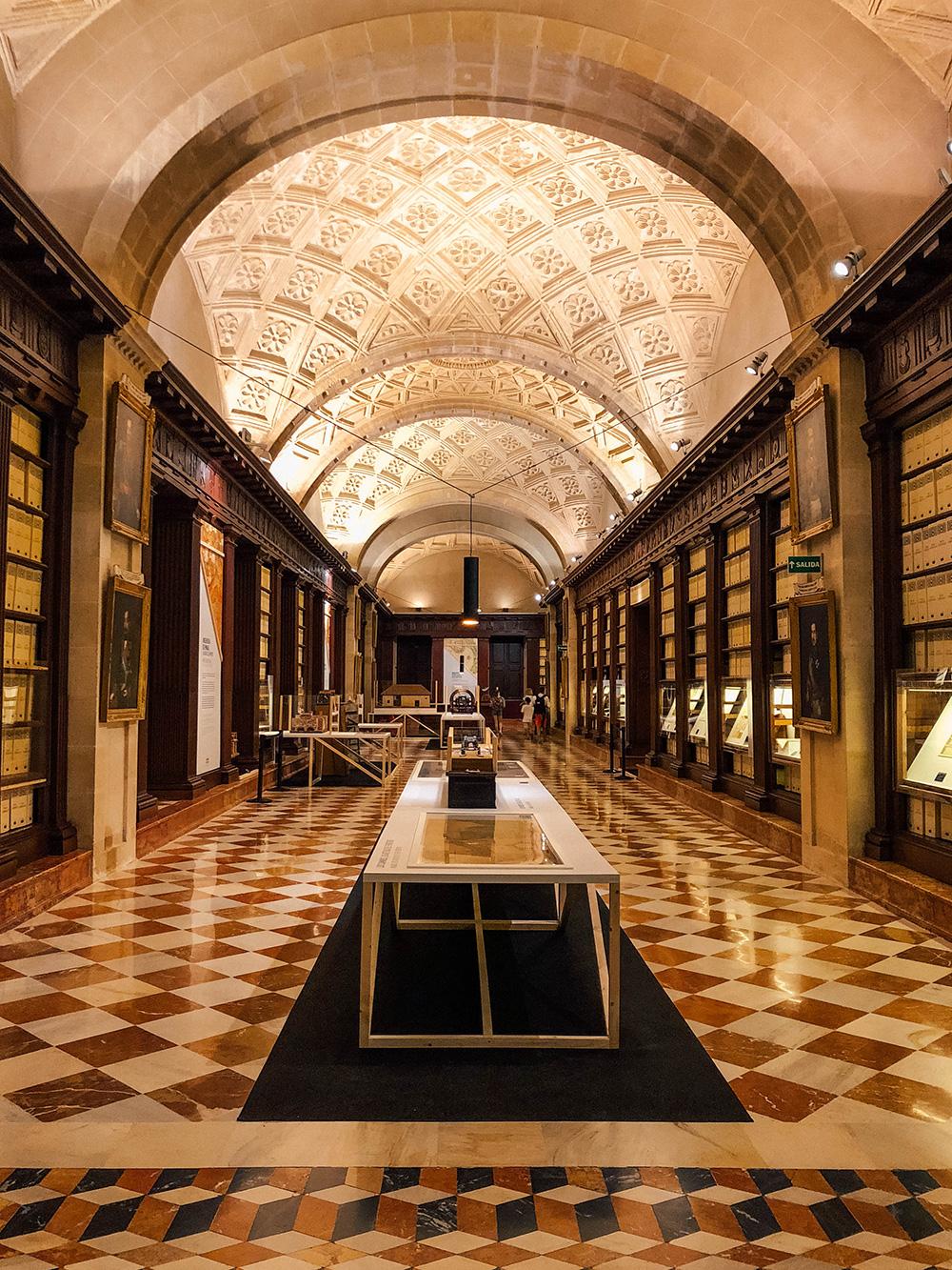 Une des allées du musée, entre dossiers et maquettes exposés