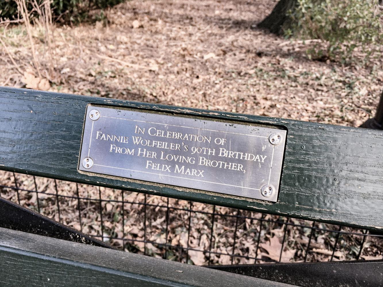 Les célèbres plaques scellées sur les bancs de Central Park