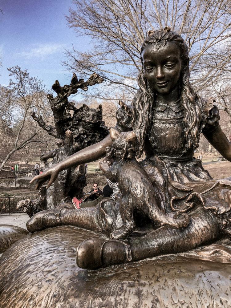 La statue en bronze d'Alice au pays des merveilles
