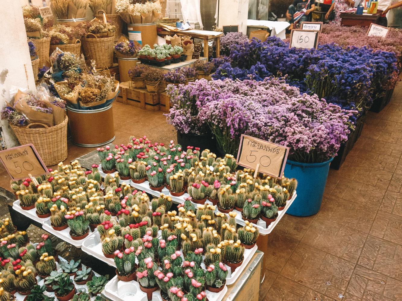 Les jolis stands du marché aux fleurs