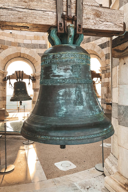 Les cloches au sommet de la tour
