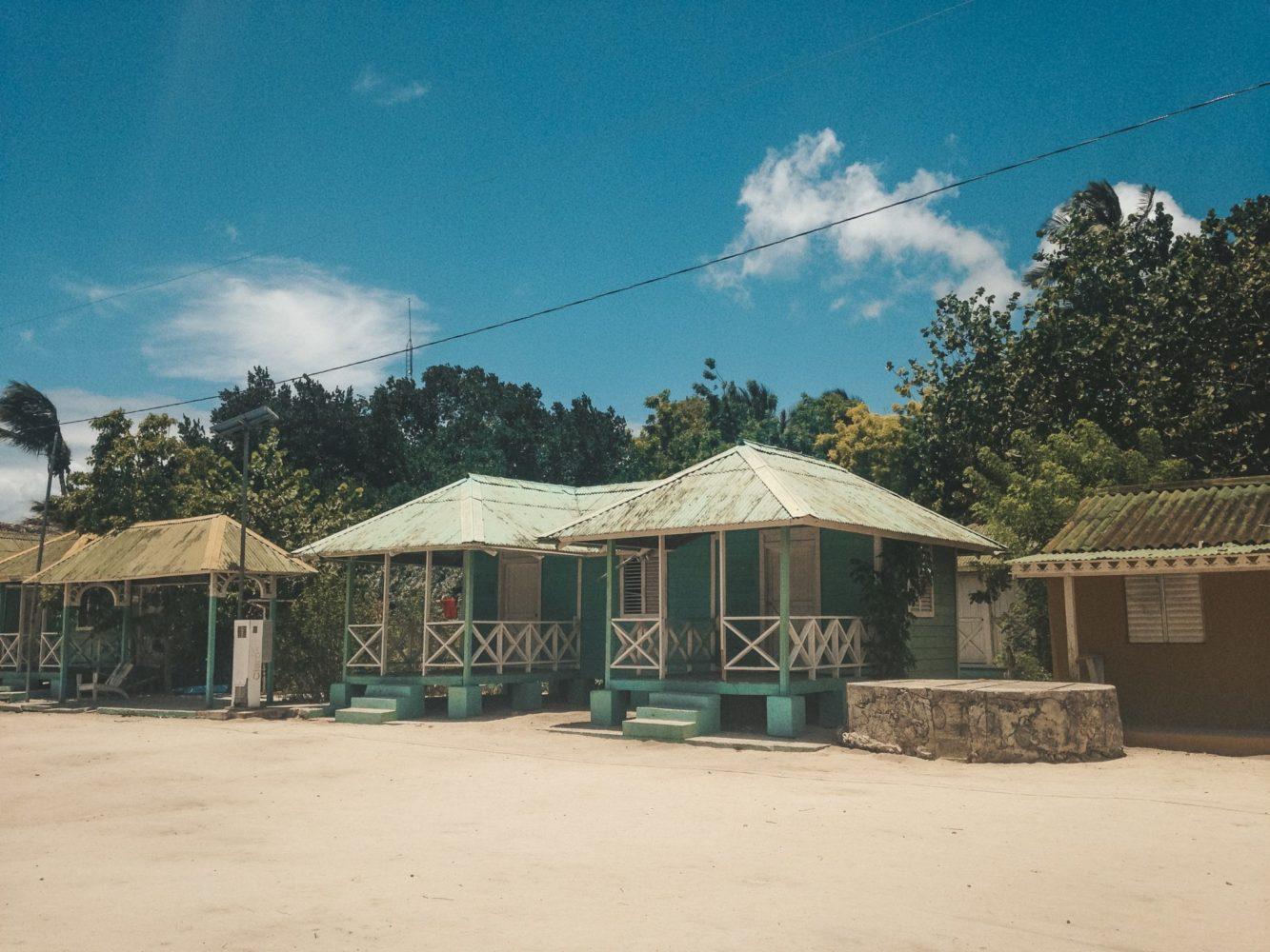 Visite du seul village de l'île avec ses maisons colorées