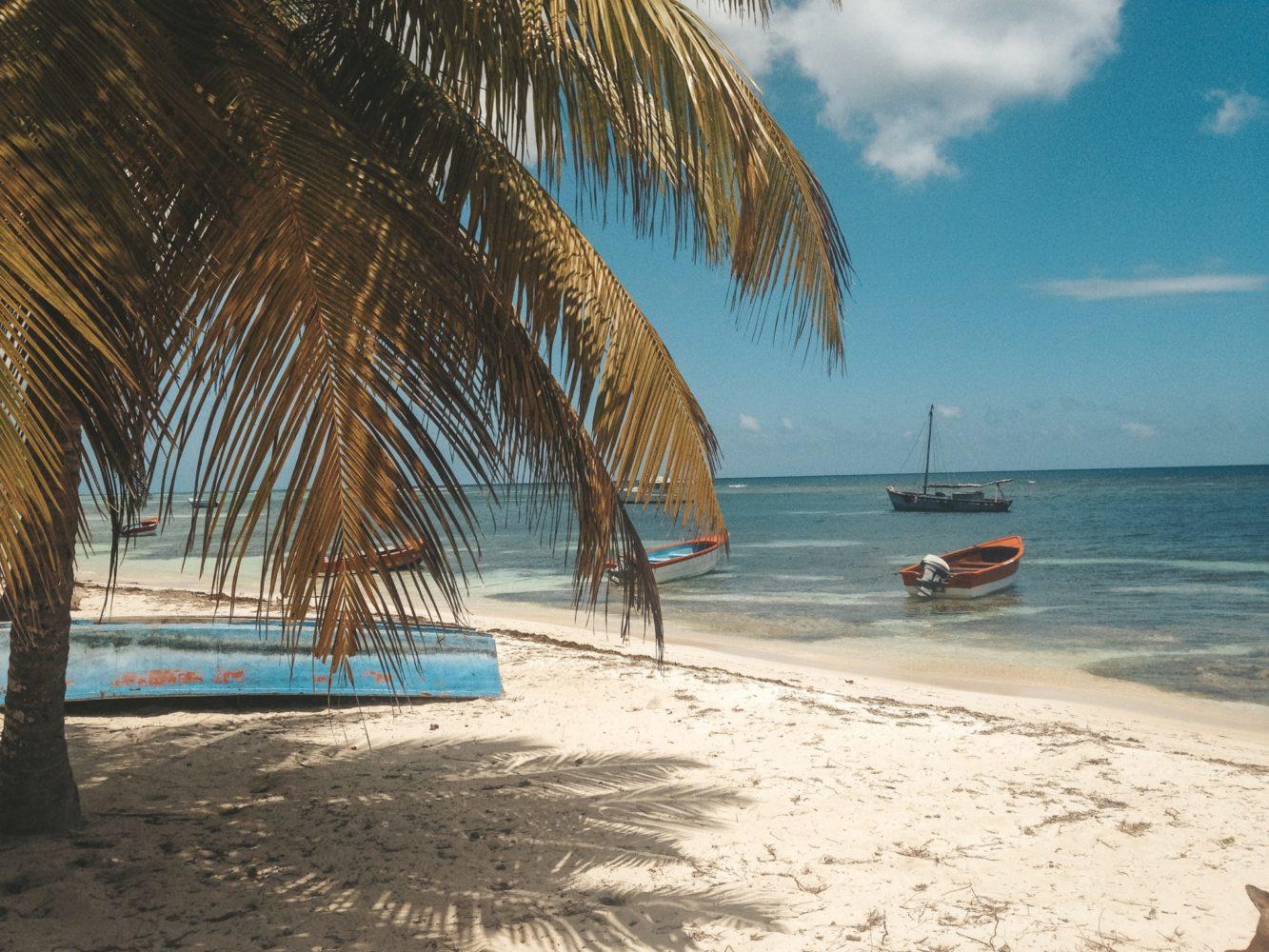 Les petits bateaux de pécheurs accostés le long de la plage
