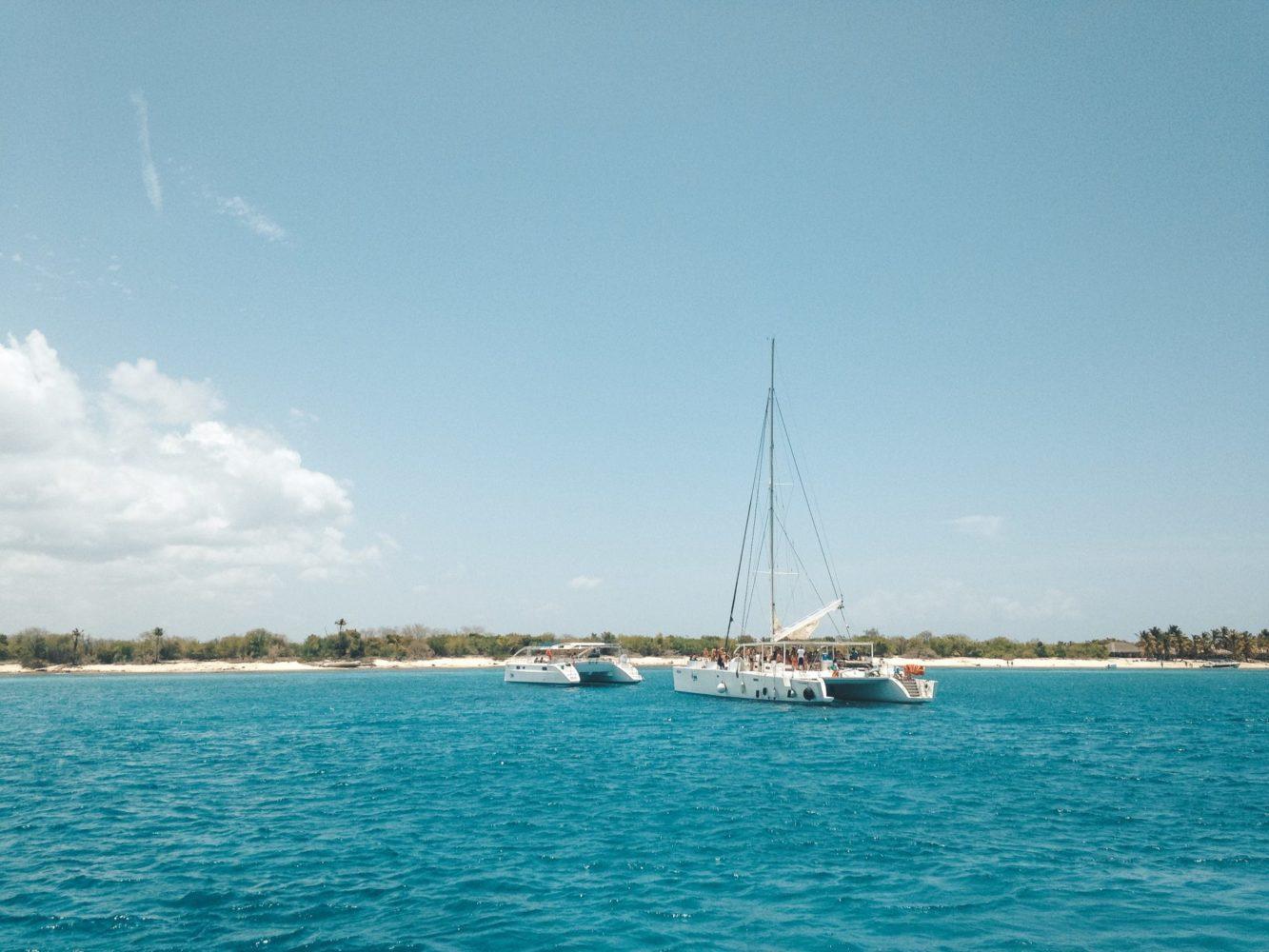 Retour en catamaran en fin de journée sur les eaux bleues