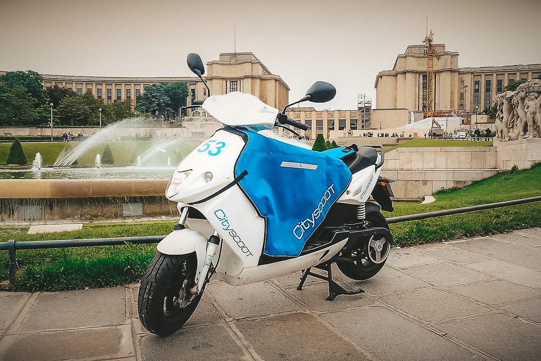 Cityscoot prenant la pose dans les Jardins du Trocadéro
