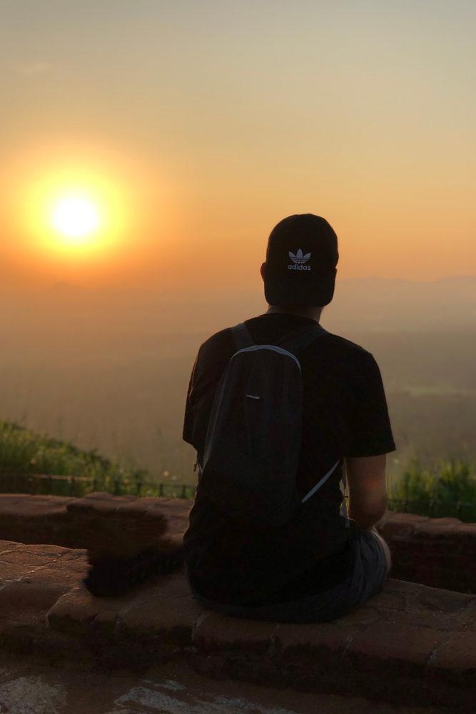 Nicolas admirant les dernières lueurs du soleil