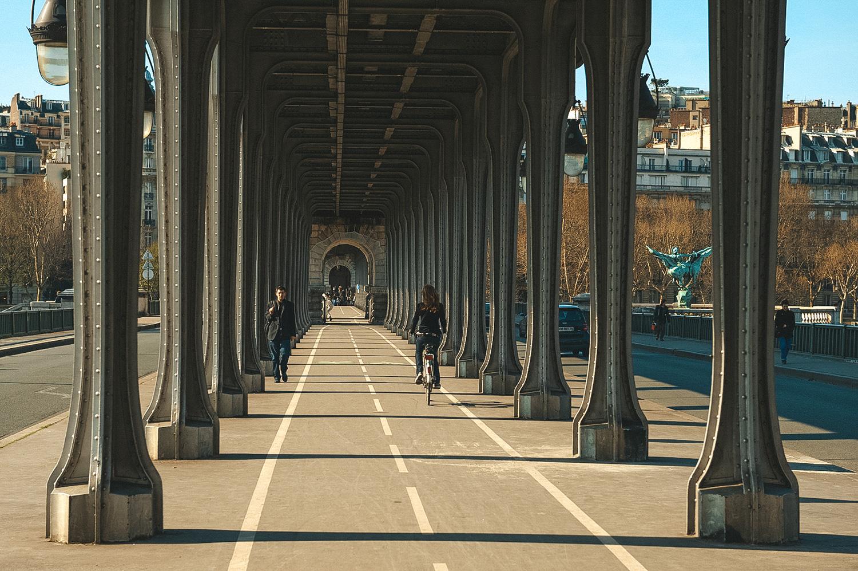 Sous le magnifique Pont Bir-Hakeim