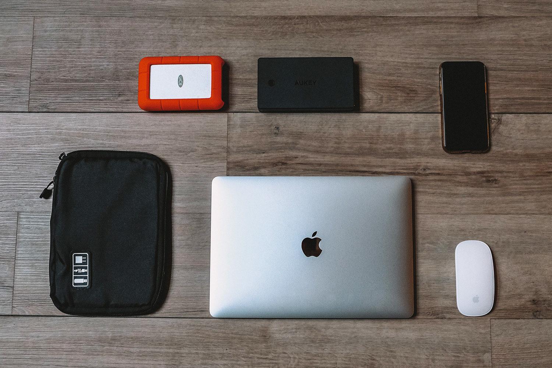 Notre MacBook et l'ensemble de ses accessoires
