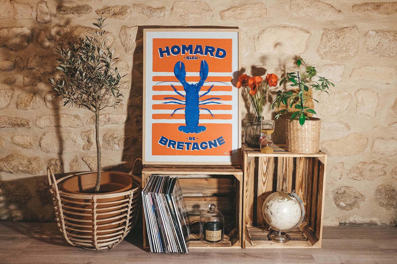 """L'affiche Marcel du """"Homard bleu de Bretagne"""" dans notre salon"""
