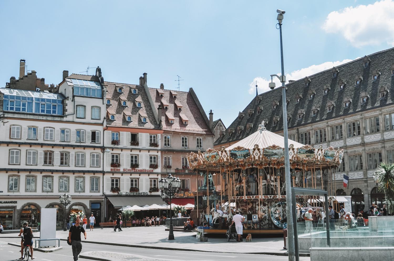 Le vieux carrousel au centre de la place Gutenberg