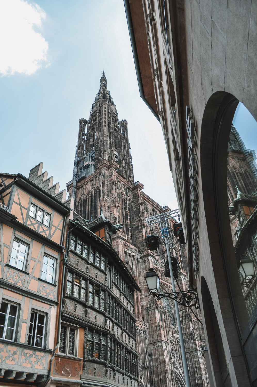 Vue sur l'unique tour de la cathédrale