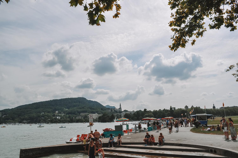Les citadins profitent des rives du Lac d'Annecy