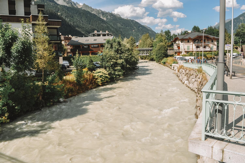 L'Arve, une rivière des Alpes qui prend sa source dans le massif du Mont-Blanc