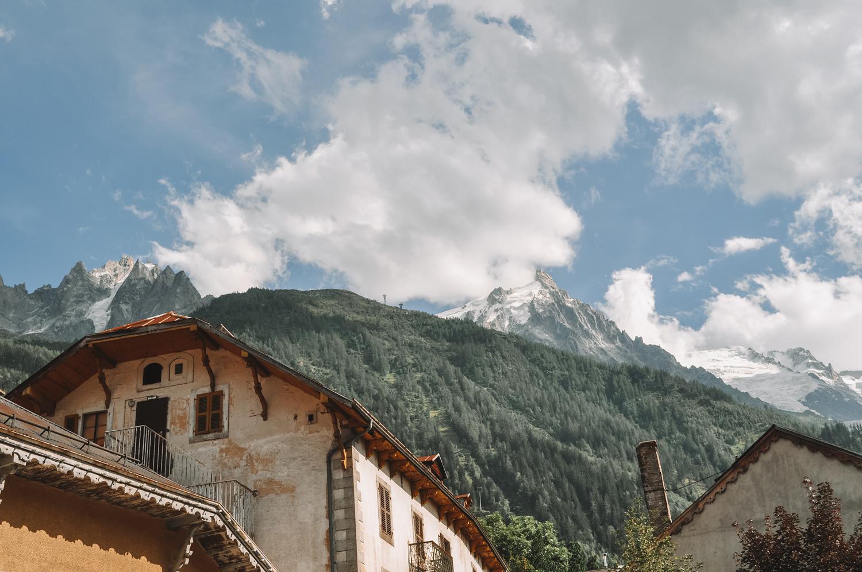 Une ville charmante au pied des montagnes