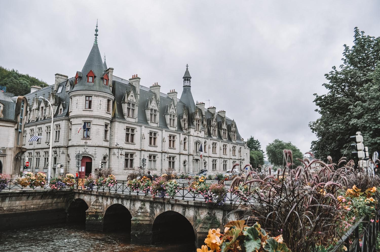 Une ville fleurie à l'image de ce pont