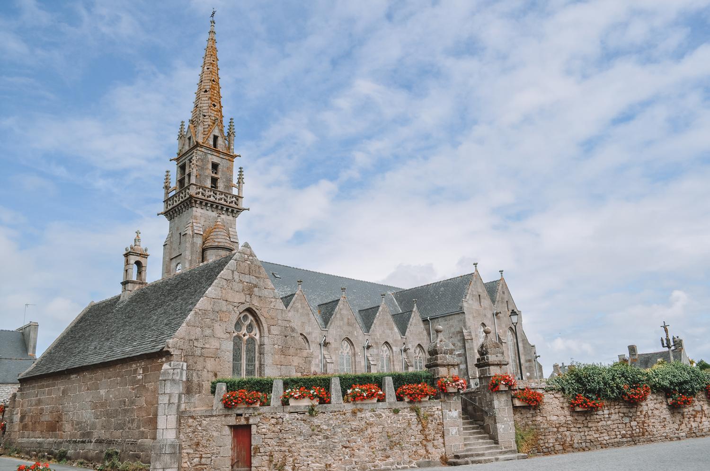 La très jolie église fleurie de Plouarzel