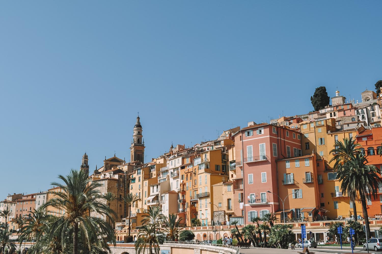 Une ville bordée par les palmiers et la mer couleur azur
