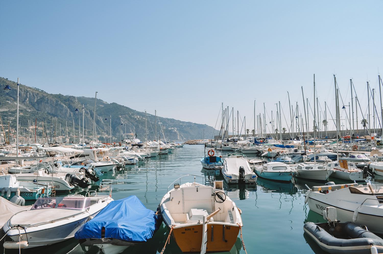 Petits bateaux dans le port de plaisance de Menton
