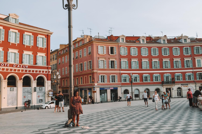 Une artiste de rue sur la Place Masséna